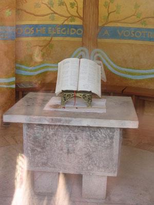 Heilige Schrift im Inneren der Marienstatue. Die Schrift zieht Einheimische und Touristen gleichermaßen an.