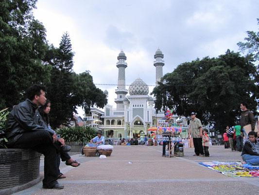 Blick vom Alun-Alun auf die zentrale Moschee.