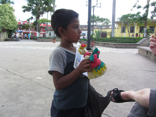 Souvenirs (Puppen aus Maisblättern) werden tagsüber von Kindern aus den umliegenden Dörfern verkauft.