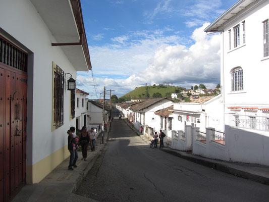 Weißes Popayan mit dem El Morro im Hintergrund.