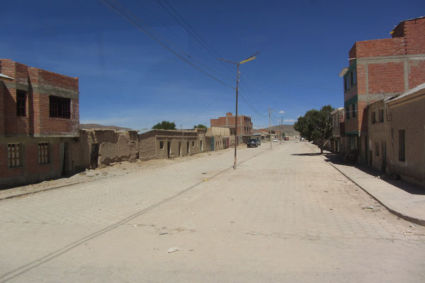 Der erste Eindruck von Uyuni. Es ist tatsächlich eine künstliche Stadt in der Wüste.