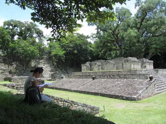 Der Ballspielplatz von Copán für das mesoamerikanische Ballspiel ist nach der Anlage in Chichén Itzá der zweitgrößte, der je im Gebiet der Maya entdeckt wurde. Sein Spielfeld wird von zwei aus Tuffstein errichteten Böschungen eingegrenzt.