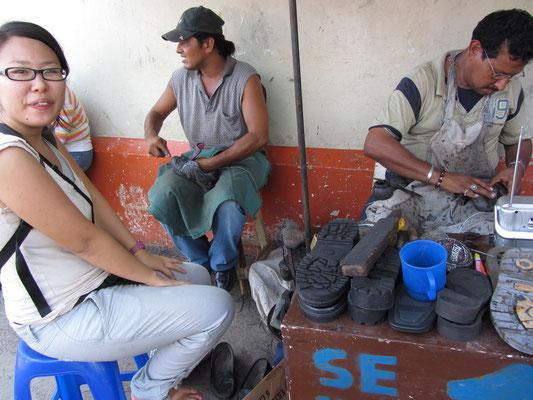 Chihi lässt ihre Schuhe reparieren.