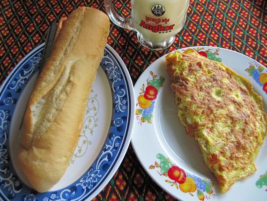 Omelette mit Speck, Käse, Tomaten & Zwiebeln, dazu Baguette.
