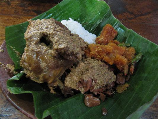 Süßes Hühnen, Gemüse nach Jogja Art mit Kuhhaut und Reis. Kuhhaut schmeckt pfui!