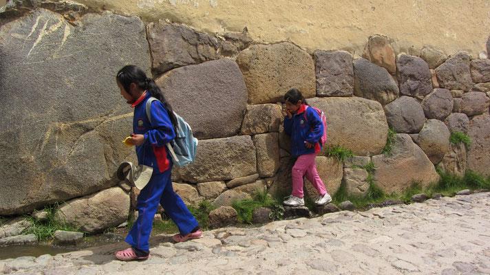 Schulkinder auf dem Nachhauseweg.