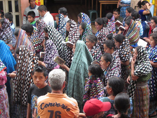 Betende Frauen in der Prozession.