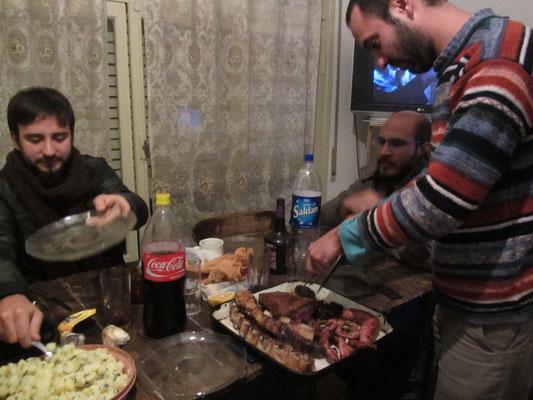 Zwei unserer Gastgeber (re) und ein Freund des Hauses (li) beim Asado um 1 Uhr in der Nacht.