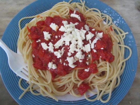 Spaghetti mit Tomatensoße und einheimischem Käse vom Markt.