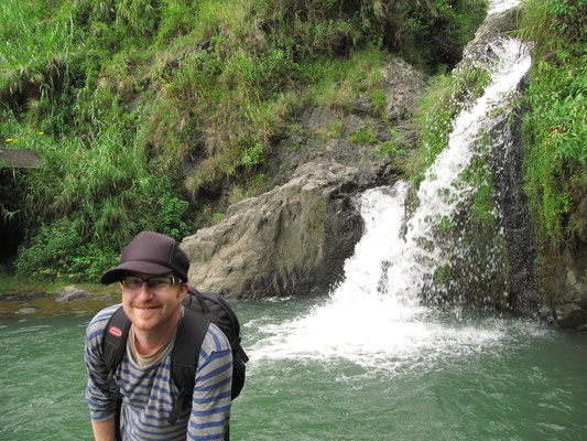 Glücklicher Wanderer beim Bokong-Wasserfall.