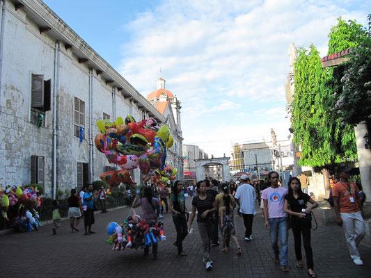 Sonntags steppt der Bär. Familien kommen, beten, kaufen Balone und Nippes und allen gefällt's.