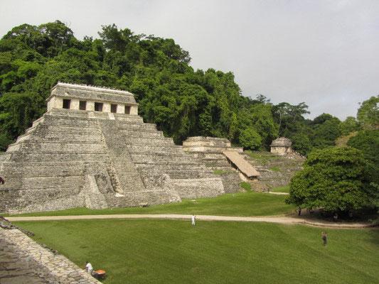 Der Templo de las Inscripciones ist etwa zwanzig Meter hoch und besitzt auf seiner Dachplattform einen kleinen Tempel. Er wurde 690 unter der Herrschaft von K'inich Kan Balam II. vollendet und beherbergt die Grabkammer von dessen Vater Pakal.
