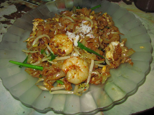 Char kway teow (Chinese: 炒粿条) - fried flat rice noodles with chili spices with seafood typically prawns and cockles (and typically with fried eggs). (A stall at a corner along Chulia Street which uses distinctive narrower noodles than other vendors.)