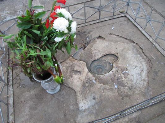 Durch die Spiegelung in diesem kleinen, eingelassenen Wasserloch konnte der König die Spitze (hti) der Stupa (zhedi) sehen, ohne seinen mit einer Riesenkrone geschmückten Kopf heben zu müssen. (Shwezigon-Paya)