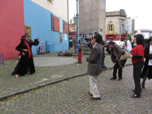 In La Boca, einem italienisch geprägten Hafenviertel mit farbigen Häusern ist die Tangokultur überall zu finden. Wenngleich auch gerne für die Touristen, die leider viel zu häufig für Fotos bereit sind zu zahlen.