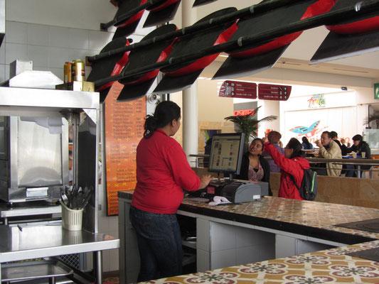 Facebook während der Arbeitszeit? Facebook immer, auch am Kassenmonitor im Fastfoodrestaurant.