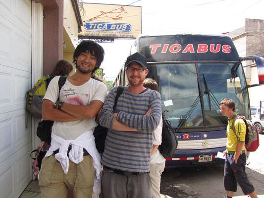 Mizuki, den wir beim Warten getroffen haben & Sebastian vor dem internationalen Tica Bus.