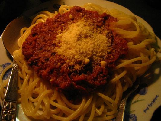 Spaghetti Bolognese. Auch hier mußten wir erschreckt eine feine Note Sternanis ausmachen. Wer hat den Burmesen diese Bolognesevariante ins Land gebracht?