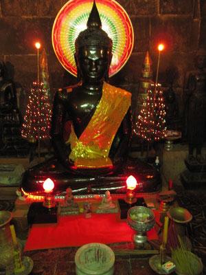 Eingemauert lwird hier vor der Buddhastatue angeblich ein echtes Augenbrauenhaar Buddha Shakyamunis aufbewahrt. (Wat Ounalom)