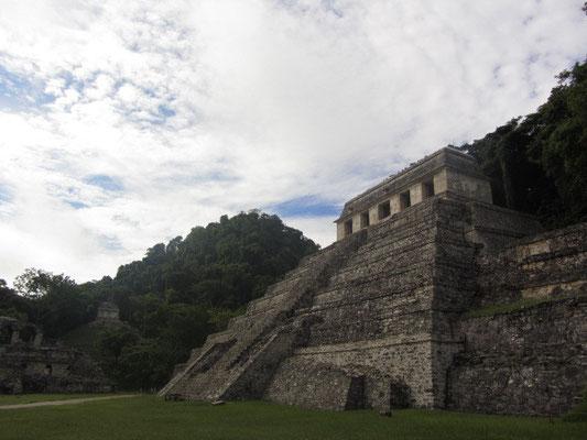 Der Templo de las Inscripciones ist der Vorzeigetempel des Komplexes von Palenque und erwartet den Besucher gleich zu Beginn..