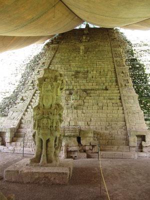 Die 2200 Hieroglyphenblöcke, verteilt auf 55 Stufen, berichten von der Geschichte Copáns, beginnend mit dem Begründer der Herrscherlinie der Stadt.