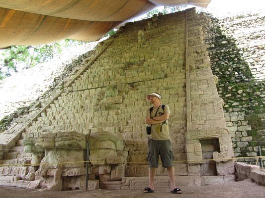 Die Treppe stellt in ihrer Gesamtheit den längsten in Stein gemeißelten Text in Maya-Schrift dar.