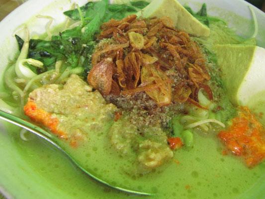 Indonesisches Laksa (malaysische Nudelsuppe mit Kokosmilch).