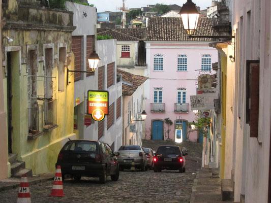 In den Straßen des Pelourinhos. In den 90ern wurde das Favela-Viertel komplettsaniert und die ehemaligen Bewohner umgesiedelt. Heute schmücken die Straßen viele Hotels, Restaurants und Läden.