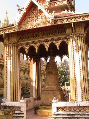 Neben dem Pha That Luang.