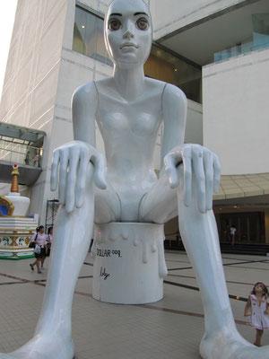 Statue vor dem Art and Culture Center (BACC).