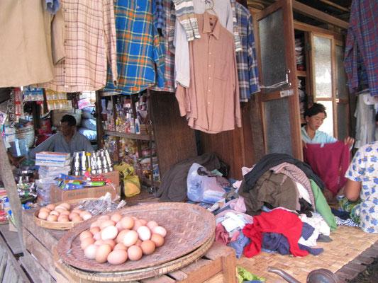 Der burmesische C&A hat sogar frische Landeier im Angebot.