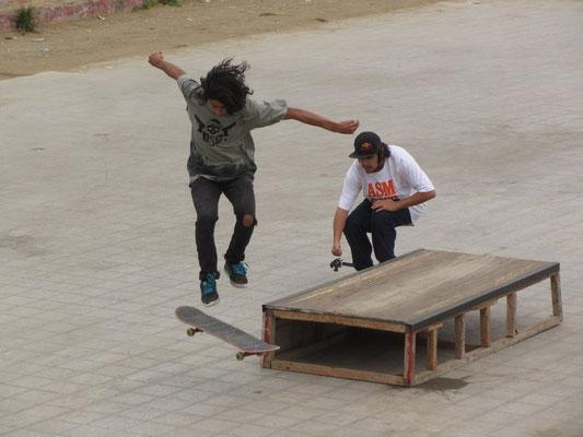 Skateboarder auf dem Parkplatz vor dem Japanischen Garten.