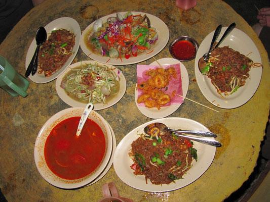 Muscheln mit Gemüse & Ginger gekocht, Bihun Nudeln, Tom Yam Suppe, frittierter Tintenfisch und gebratene Sojabohnensprossen.