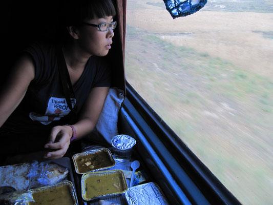 Zugfahren in Indien ist auch wegen des (meist) hervorragendes Essens eine ganz große Nummer.