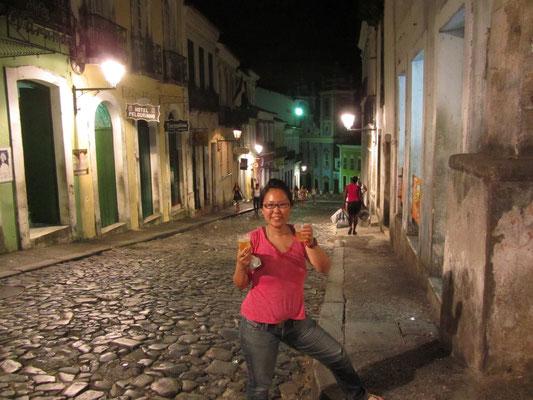 Charmanter Bierhalter in den kopfsteingepflasterten Straßen im Pelourinho (deutsch: Pranger). Der Pelourinho war Teil des historischen Sklavenmarktes in Salvador. Hier wurden Sklaven während der Kolonialzeit ausgepeitscht.