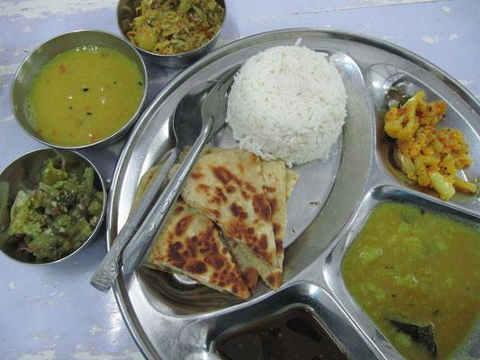 Einkehr beim Nepalesen. Schmeckte, wie es aussieht, sehr indisch.