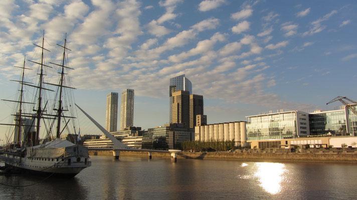Puero Madero am Ufer des Rio de la Plata  heutzutage ist es das jüngste Viertel der autonomen Bundeshauptstadt Buenos Aires.