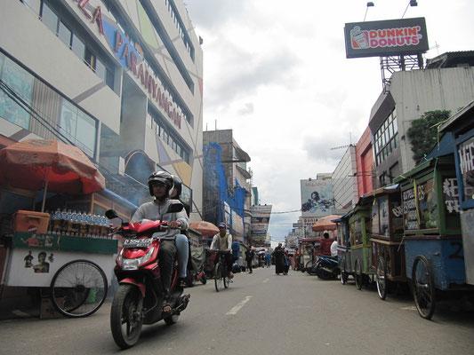 Rollende Imbissstände säumen beide Seiten der Straße.