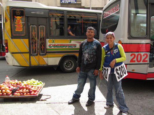 Ein kolumbianisches Phänomen. Die Dame mit bden umgehängten Preisschildern verleiht minutenweise ihre Mobiltelefone.