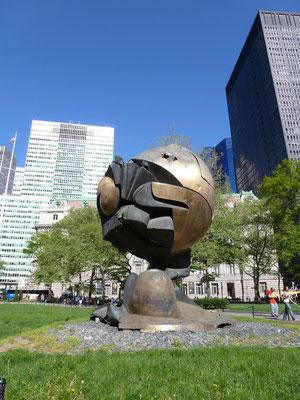 """""""The Sphere"""" (die Kugel) genannt ist eine Bronzeplastik des deutschen Bildhauers Fritz Koenig. Durch die Terroranschläge am 11. September 2001 wurde die Skulptur überraschenderweise nicht völlig zerstört. Jetzt steht sie im Battery Park."""