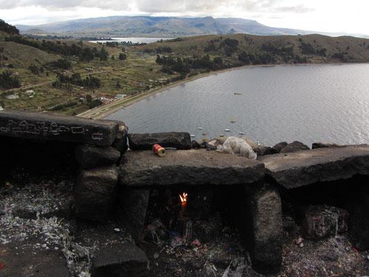 Der Titicaca-See ist das höchstgelegene kommerziell schiffbare Gewässer der Erde. Er liegt auf einer Höhe von 3.810 m über dem Meeresspiegel, ist 178 km lang und bis 67,4 km breit und hat eine maximale Tiefe von 281 m.