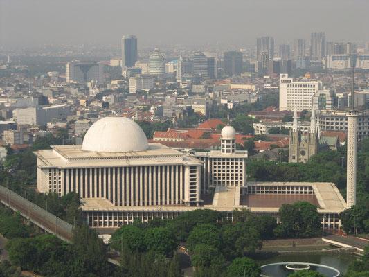 Die Istiqlal-Moschee hat das weltweit zweitgrößte Fassungsvermögen. (Blick vom Monas)