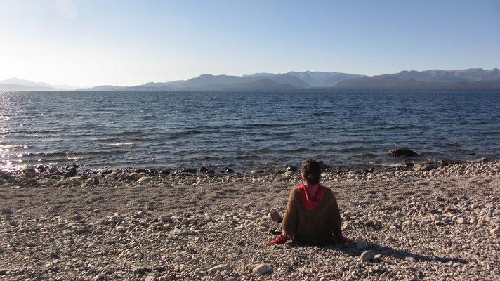 Am Lago Nahuel Huapi. Der See hat eine Fläche von 531 km² mit einer maximalen Tiefe von 460 m.