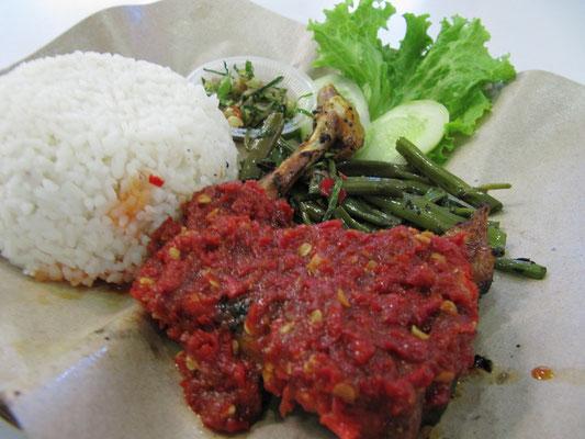Sambal-Hühnchen mit Bohnen und Reis.