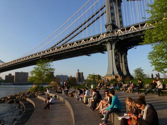 Kleiner Park unter der Manhattan Bridge.