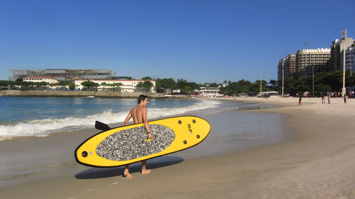 Ein Stehpaddler mit Board. Das Stehpaddeln wird auch in Rio immer populärer.
