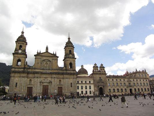 Der monumentale Plaza Bolívar mit der 1823 vollendeten klassizistischen Kathedrale, der angeschlossenen Capilla del Sagrario und dem Palast des Erzbischofs.
