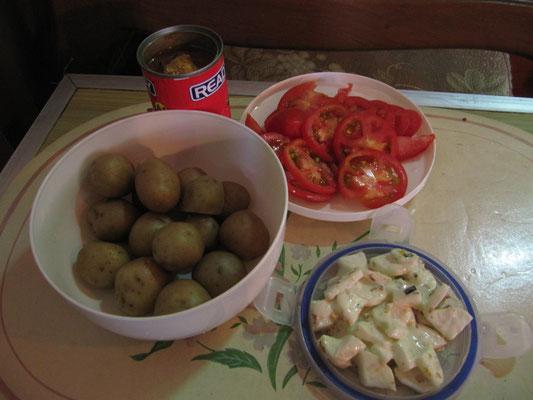 Chihis im Wasserboiler gekochte Pellkartoffeln, Tomatensalat & Rettichsalat nach japanischer Art. Ach, und da steht noch so eine bescheuerte Dose Sardinen im Hintergrund.