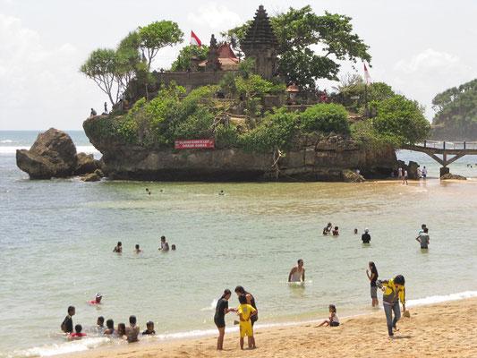 Wochenendausflug mit der ganzen Familie an den Strand Balekambang mit der Ismoyo-Insel im Hintergrund.