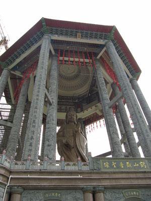 Die 36,5m hohe Bronzestaue der Göttin der Gnade Kuan Yin.